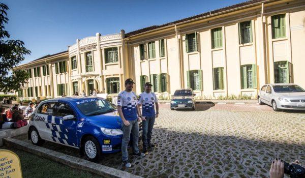 Pilotos de rally visitam crianças em hospital em Curitiba